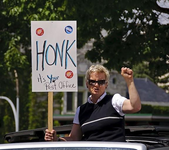 Tüntettek a sztrájkoló postások és közben véget ért az Air Canada sztrájk