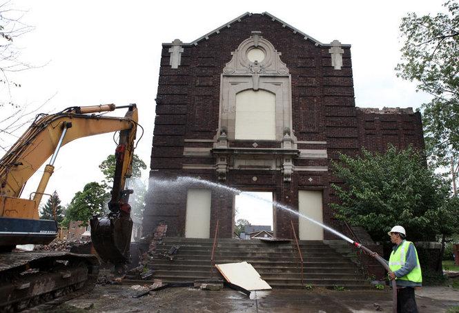 Kimentették a ledózerolt clevelandi templomból a második világháborús emléktáblákat