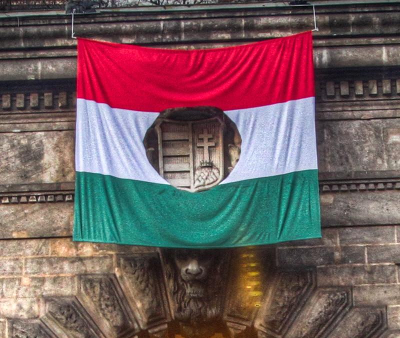 A Negyedik Köztársaság kitűzte a forradalmi zászlót