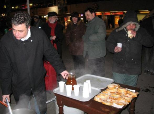 Forró teát és takarót oszt a Demokratikus Koalíció