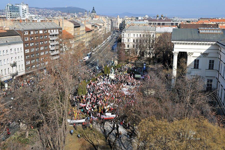 Kormánypárti provokátorok zavarták meg a millások tüntetését, a széljobb ismét randalíroz