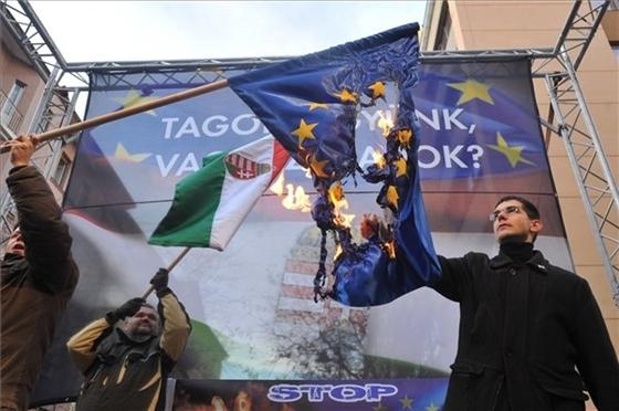 Novák Előd jobbikos képviselő uniós zászlót éget Budapesten