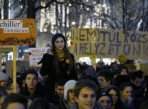 Középiskolások demonstráltak az MTA épülete előtt. Fotó: MTI
