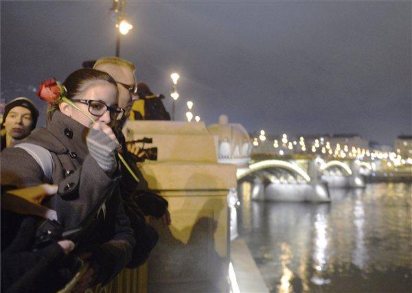 Diákok demonstrálnak a felsőoktatás átalakítása ellen a Margit hídon 2012. december 19-én. A Téli Rózsás Diákforradalom néven meghirdetett demonstráció résztvevői rózsákat szórtak a Dunába. MTI Fotó: Beliczay László