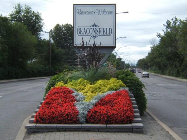 Beaconsfield helységnévtáblája még kétnyelvű. A város csaknem 19 ezres lakosságának 54 százaléka angol.