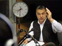 Orbán Viktor mellényben 2013. március 22-én, a Magyar Rádióban. Vajon mire emlékeztet a különös öltözet?