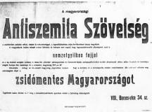 """Ezt a történelmi plakátot a jobboldali Szent Korona Rádió honlapján találtuk. A kép melletti cikk, amely 2011-ben jelent meg így szól: """"Antiszemita Szövetség alakult a zsidómentes Magyarországért. Sajnos nem ma, hanem még 1919-ben, a 133 napos vörös patkánylázadás után. Akkor az elkeseredett honpolgárok szervezkedni kezdtek a hazánkat azóta is többé-kevésbé megszállva tartó idegenek ellen, akiknek nagyrészt a nem sokkal ezután bekövetkezett trianoni sorscsapást is köszönhetjük."""""""