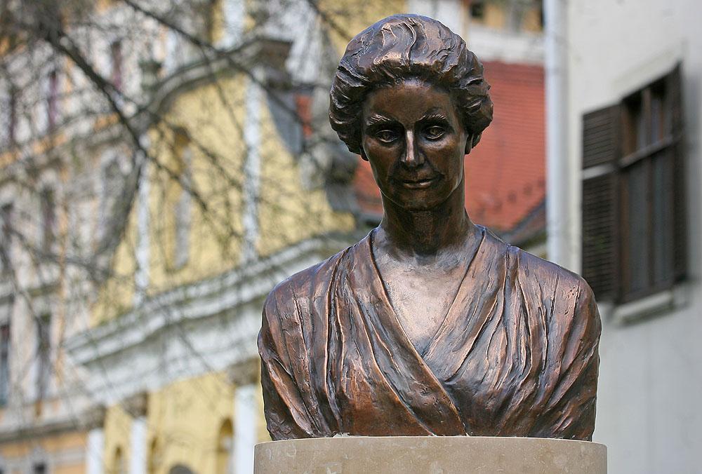 Zsidógyűlölő jobboldali magyarok szobrot állítottak 2012-ben Budapesten az elvadult antiszemitizmáról ismert Tormay Cécile-nek.