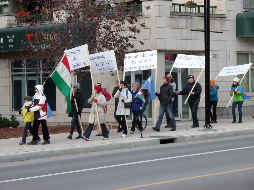 Székely menet a Rideau Streeten. Irány a kanadai parlament.