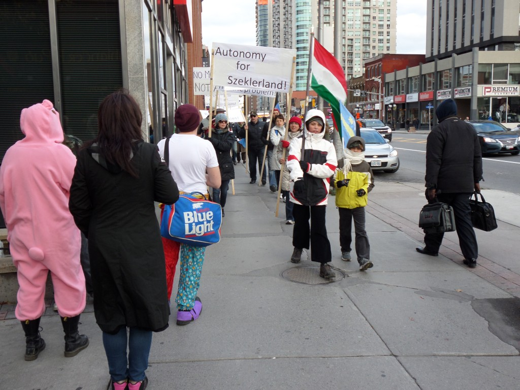 Menet Székelyföldért az ottawai Rideau Streeten. Halloween jelmezbe öltözött kanadaiak nézték a magyar felvonulást.