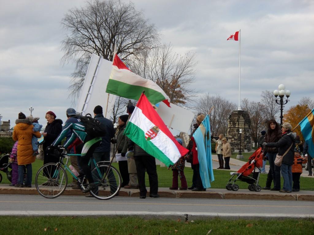 Zászlók és tüntetők az ottawai Parliament Hill-en.