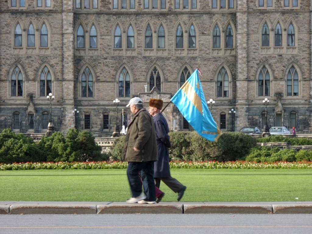 Székely zászló a kanadai parlament előtt.