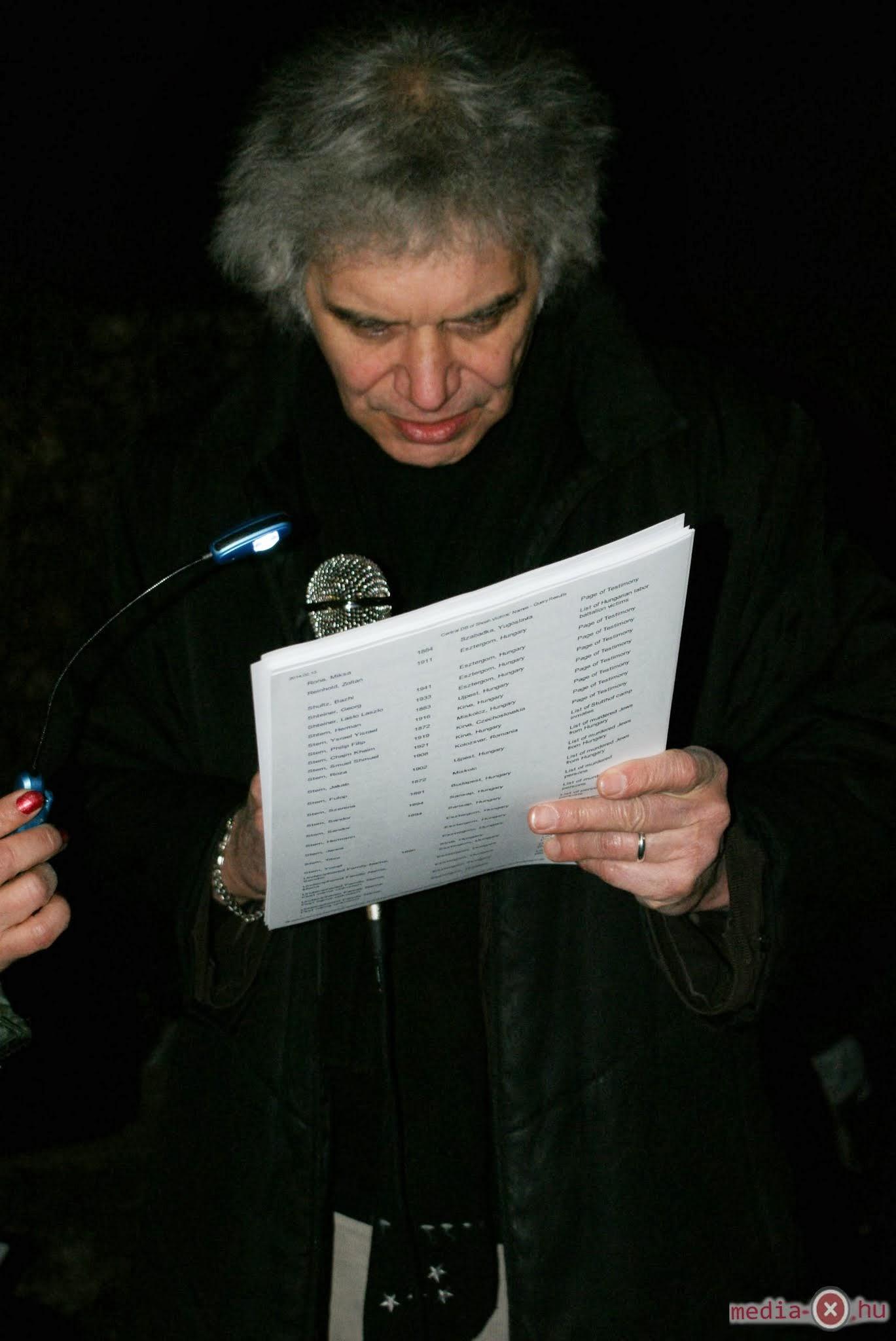 Garai Róbert felolvassa az esztergomi áldozatok neveit