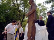 Áder János (jobbról) leleplezi Wass Albert szobrát