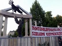 A szobor a német-birodalmi sast ábrázolja aki zuhanórepülésben a Gábriel arkangyalt megtámadja, ami Magyarországot szimbolizálja. Fotó-Garai-Édler Eszter.