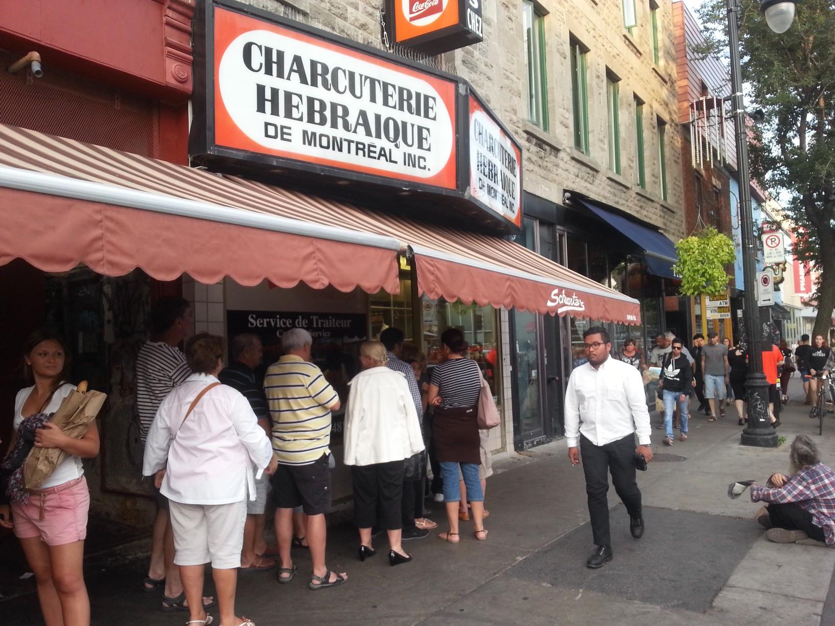 Örök sor áll a St. Laurent híres delicatessenje előtt...itt található a világ legfinomabb smoked meat szendvicse.
