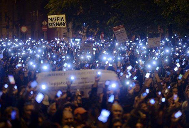 Internetadó-elleni tüntetés Budapesten. Meghátrál-e a kormány a netadó elleni nagytüntetésektől? Fotó: Százezren az internetadó ellen FB csoport.