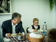 """Orbán Viktor Facebook oldaláról. A kommenteket is érdemes elolvasni. Az egyik rajongó - Vajas Gyöngyi - ezt írja a kép alá: """"Miniszterelnökön látszik, hogy nagyon szereti a gyerekeket !!!!!"""" Egy másik rajongó - Szelezsán György - pedig ezt: """"Gyurcsán (sic!) mikor vett részt ilyen rendezvényeken?"""""""