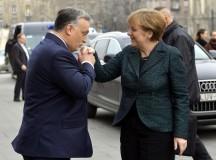 Cikin cuki Orbán-puszi Merkelnek és kézcsók a szélsőjobbnak