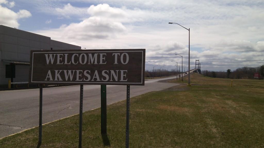 Az Akwesasne rezervátum határa, a kanadai oldalon. A háttérben látható híd vezet át az Egyesült Államokba.  Fotó: Christopher Adam/KMH.