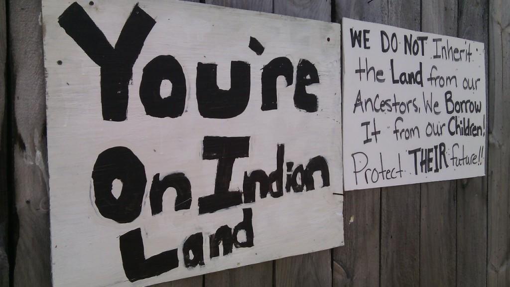 Felirat, illetve figyelmeztetés a rezervátum határánál (a kanadai oldalon).  Fotó: Christopher Adam/KMH
