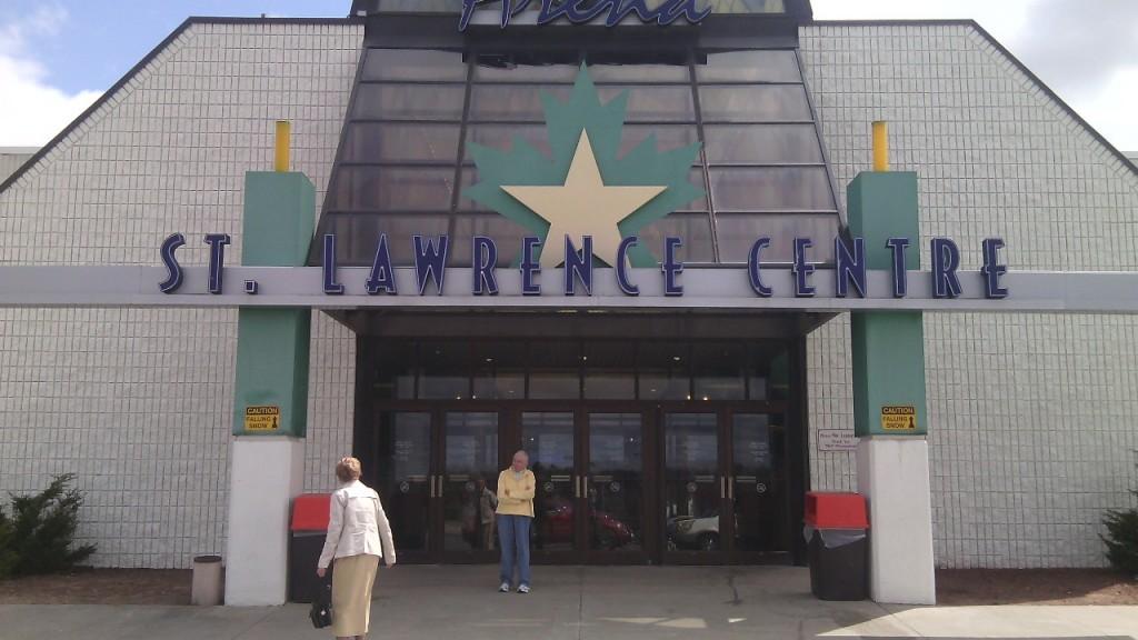 Az egyre inkább kiüresedett massena-i St. Lawrence Centre bevásárlóközpont bejárata. A város lakossága csökken, egyre inkább csak idősebb emberek maradnak. Fotó: Christopher Adam/KMH.