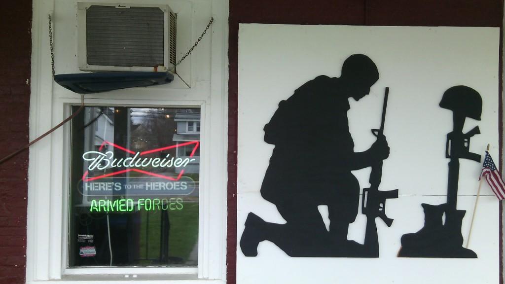 Sör és katonák. Légiósok központja Massena belvárosában. Fotó: Christopher Adam/KMH.