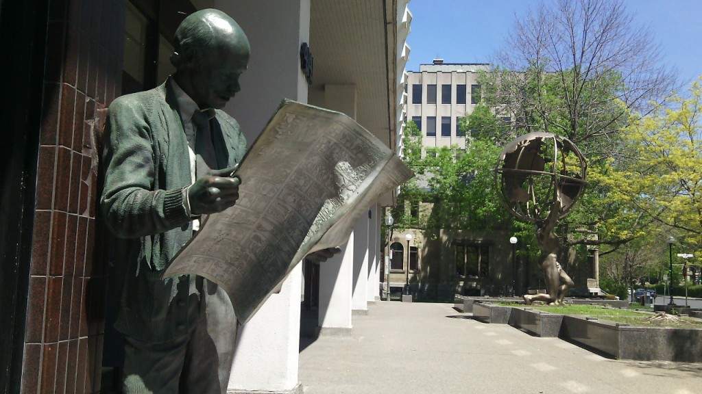 Egy szobor Westmountban...egy férfi olvassa a Montreal Gazette-et. Fotó: Christopher Adam/KMH.