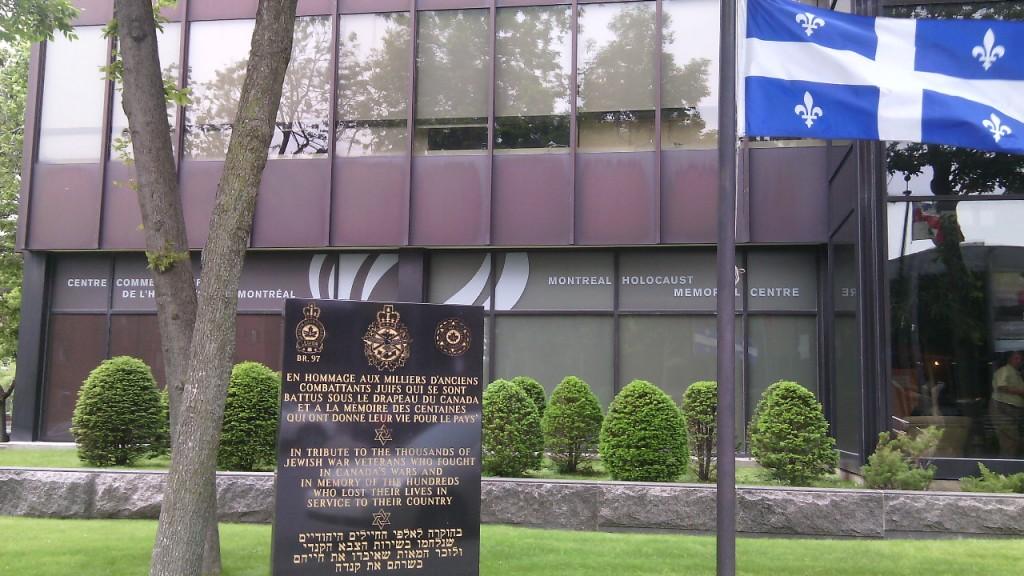 A Montreáli Holokauszt Emlékközpont (Montreal Holocaust Memorial Centre) kívülről. Az épület előtti emlékmű a kanadai zsidó veteránokat ünneplni. Fotó: Christopher Adam.