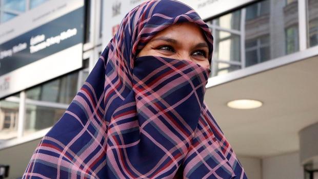 Zunera Ishaq, a kanadai Szövetségi Fellebbező Bíróság épülete előtt nyilatkozik újságíróknak Ottawában. Döntés született: arckendővel takarhatja el arcát, amikor a bevándorló állampolgársági eskütételt tesz, Photo: Canadian Press / Patrick Doyle.
