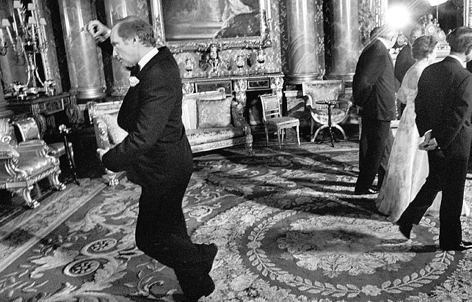 Pierre Trudeau, Justin édesapja, piruettezik a Buckingham palotában 1977 májusában.