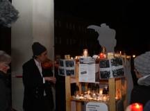 Az Eleven Emlékmű elnevezésű, rendszeres nyilvános beszélgetésekre szerveződött civil csapat az elmúlt héten Székesfehérvárra érkezett tagjai az ott felállítandó Hóman-szobor tervezett helyén a kegyeletüket rótták le a Hóman Bálint által is gerjesztett zsidógyűlölet áldozatataira emlékezve.