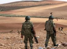 Török katonák Szíria határán, Kobani városához közel. Fotó: Associated Press.
