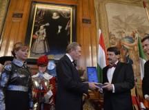 Ádert kitüntetik Londonban, a kép jobbszélén Bailey úr. Fotó: MTI.