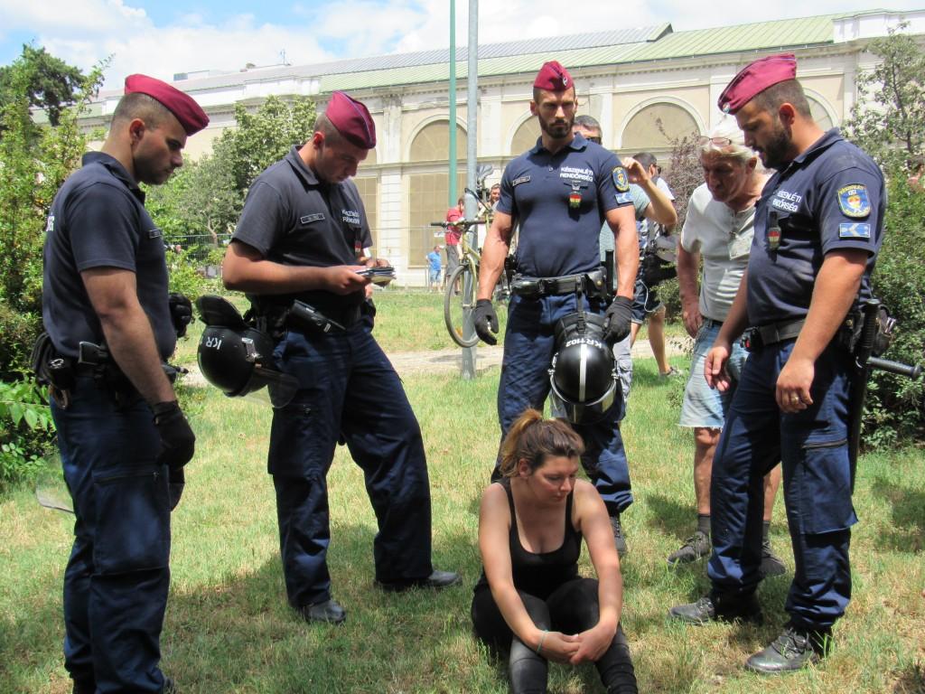 Egy tüntetőt elvisznek a rendőrök. Fotó: C. Adam.