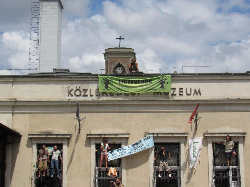 Tüntetők elfoglalták a Közlekedési Múzeumot. Fotó: C. Adam.