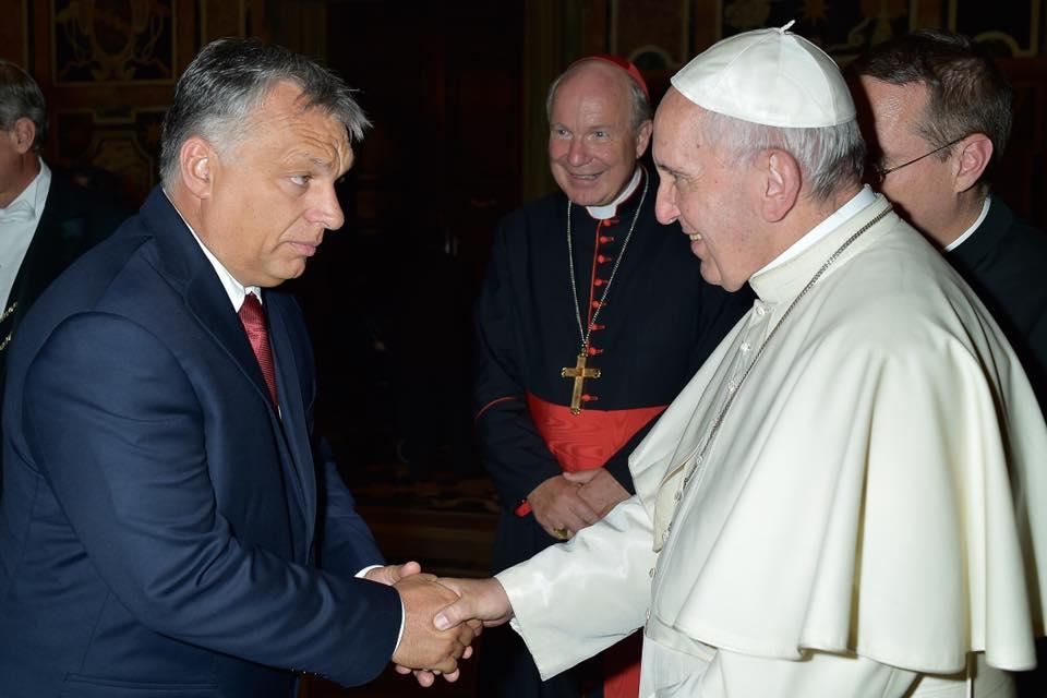 Orbán pápai kézfogása.