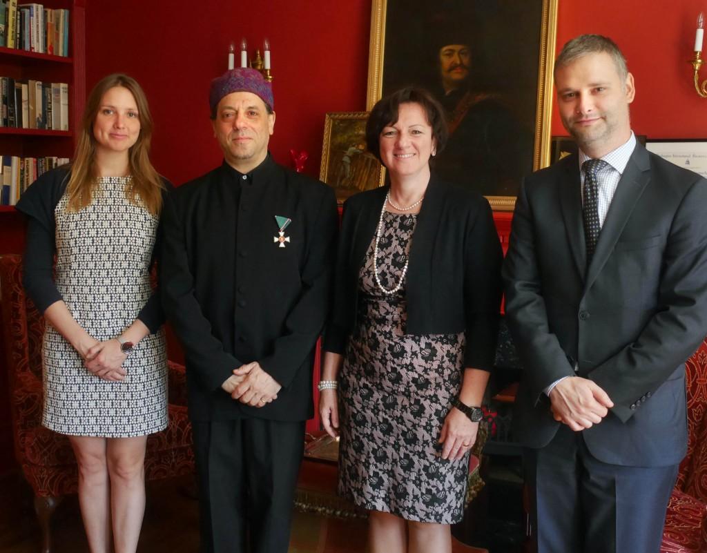 Vadász Zita (balszélen), Frank London (a kitüntetéssel),  Szemerkényi Réka washingtoni nagykövet és Singer Dávid kulturális attasé.