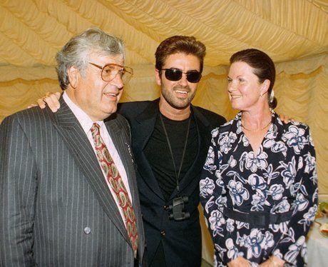 George Michael (középen) a szüleivel.