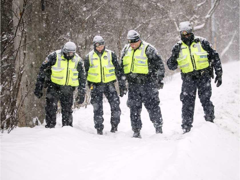 Ottawai rendőrök vizsgálják a pénteki duplagyilkosság helyszínét. Fotó: Postmedia.
