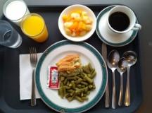 Ezt az ebédet egy Ontario-i idősek otthonában szolgálják fel: zöldbab, spenót felfújt és kompót.