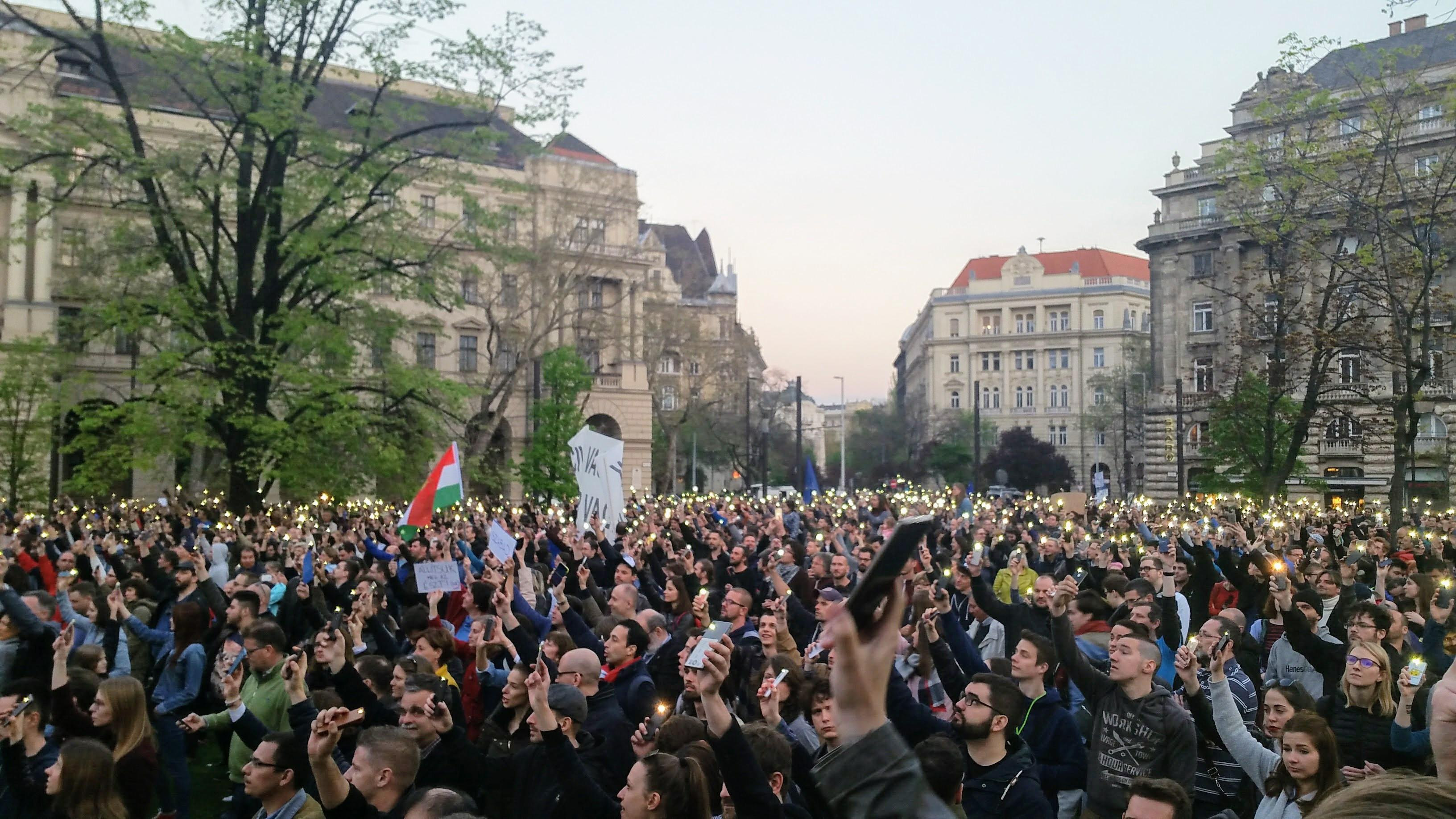 Szabad ország, szabad CEU, szabad gondolat! Tüntetés: 2017. április 9., Budapest, Ybl Miklós tér. (Készítette: Garai-Édler Eszter).