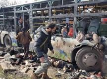 Holttestek az autók roncsai közelében a terrortámadás után (Aleppó, 2017. április 15). Fotó: Getty Image.