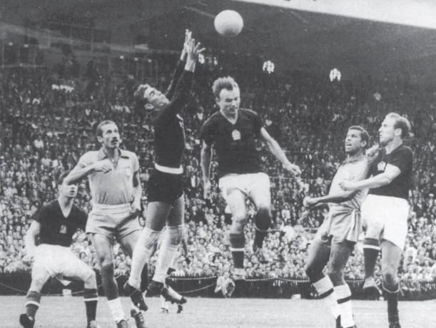 Tóth Bozsi nem volt Kocsis Sanyi sem. Az 1954-es svájci vb berni negyeddöntőjében Kocsis két fejesgólja döntött Hidegkuti találata és Lóránt 11-esből szerzett gólja mellett (Magyarország-Brazília 4:2). A képen a beadott labda Hidegkutinak (jobboldalt) magas, a felugráshoz készülő Kocsis pedig  (a képen balra) hiába várja azt: a náluk alacsonyabb Tóth II  szinte felrepülve is alig éri el, és kapu fölé fejel. Az Aranycsapat e legendás győzelmének azonban vitathatatanul részese.