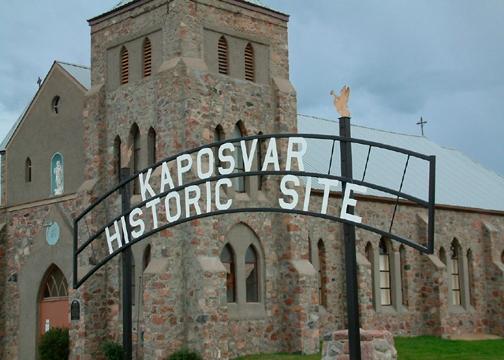 Kaposvar, Saskatchewan. A korábbi magyar település ma az Esterhazy nevű város része. Kaposvár temploma látható a képen, ami ma római katolikus zarándokhely.
