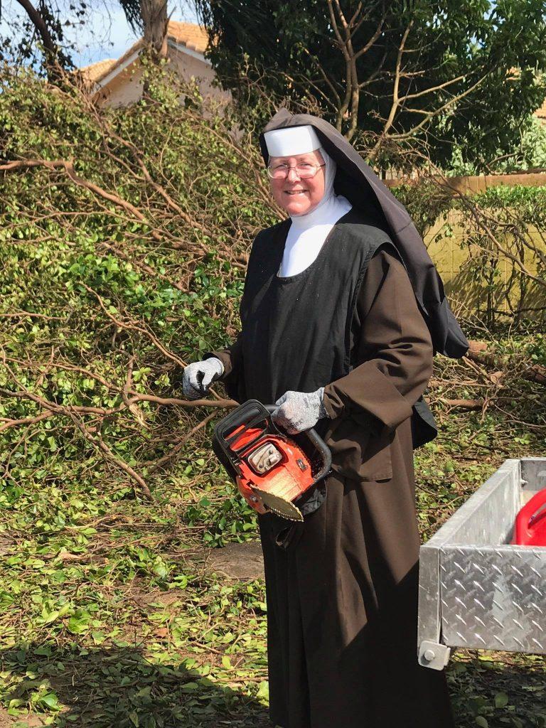A munkás apáca — Láncfűrésszel szolgálja közösségét Margaret Ann nővér