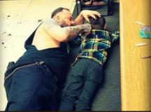 Egy québeci borbély a padlón feküdve vágja az autista gyerek haját