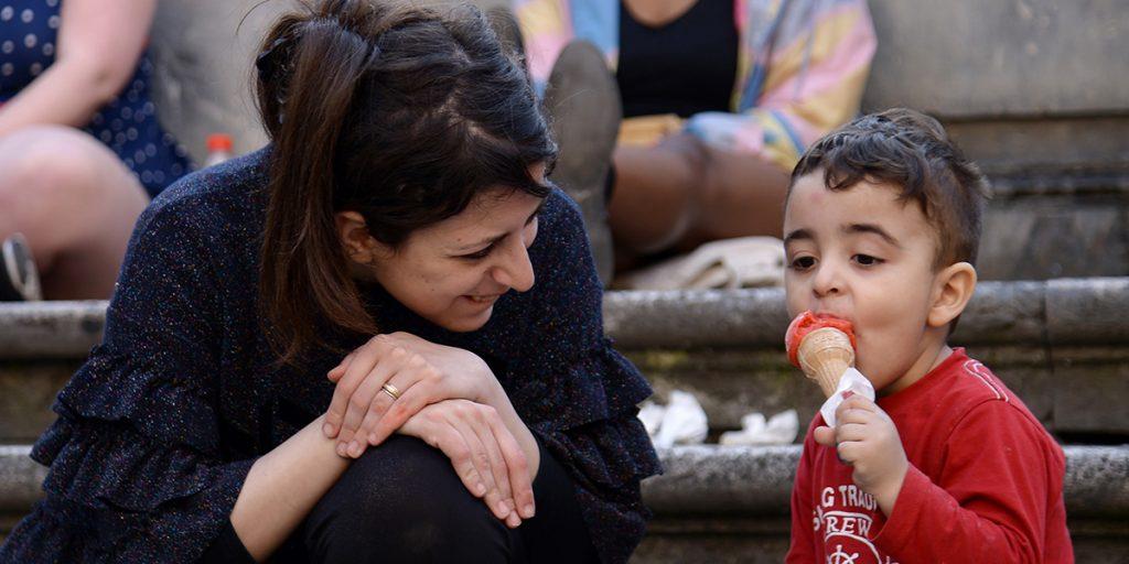 Fagylalt nyújt a pápa migráns gyerekeknek. Fotó: AFP.