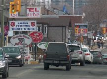 Montreal Road, Ottawában. A Salvation Army Thrift Store táblája a baloldalon.