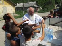 Iványi Gábor Iványi Gábor és az Oltalom vizet oszt az ózdi romáknak, délben, kb 40 fok. (Fotó: Facebook)